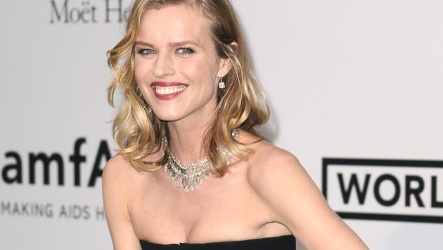 Model Eva Herzigova gut gelaunt im Rahmen der amfAR-Gala bei den Filmfestspielen in Cannes (Bild: AP)