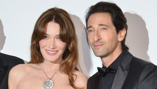 Carla Bruni-Sarkozy und Adrien Brody lassen das Blitzlichtgewitter in Cannes über sich ergehen. (Bild: AFP)