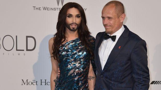 """Conchita Wurst mit """"Life Ball""""-Organisator Gerry Keszler bei der amfAR-Charity-Gala in Cannes (Bild: AFP)"""
