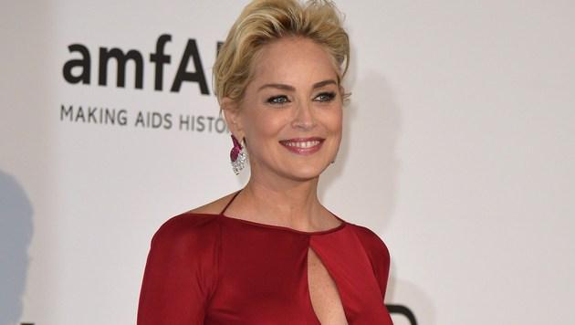 Sharon Stone lächelt bei der amfAR-Gala bei den Filmfestspielen in Cannes für die Kameras. (Bild: AFP)
