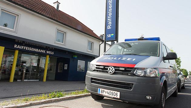 Banküberfall in OÖ: Täter fesselt Angestellte (Bild: APA/WERNER KERSCHBAUMMAYR)