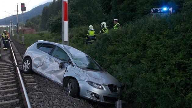 Auto landet bei Unfall auf Gleisen der Tauernbahn (Bild: HFW Villach/KK)