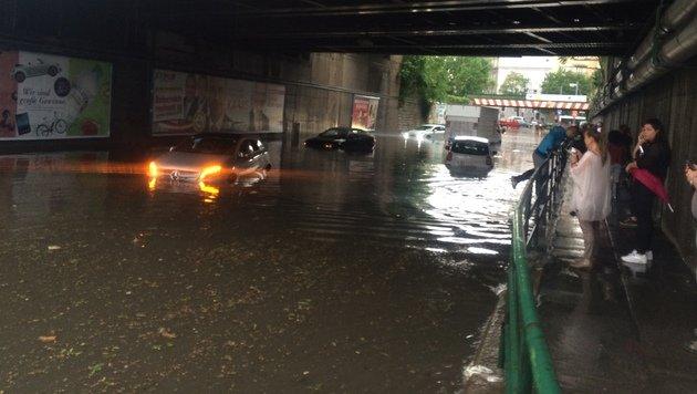 Die Fahrzeuge blieben im Wasser zurück und wurden von der Feuerwehr geborgen. (Bild: Christoph Matzl)