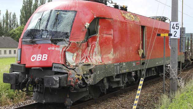 Lkw-Anhänger auf Bahnübergang von Zug gerammt (Bild: APA/FF BREITENWAIDA/JÜRGEN S.J. LA)