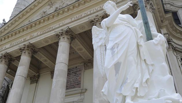 Kirchenfassade und Statuen wurden mit Farbbomben beworfen. (Bild: APA/HERBERT P. OCZERET)