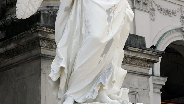 Statuen an der Kirche sind mit grauen Farbflecken übersät. (Bild: APA/HERBERT P. OCZERET)