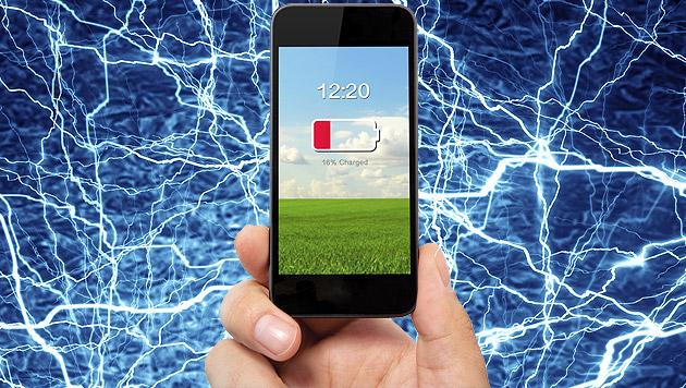 Neue Technik lädt Handy kabellos - überall im Raum (Bild: thinkstockphotos.de, krone.at-Grafik)