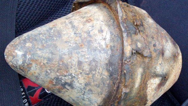 Dieses Panzerfaust-Projektil packte der 16-Jährige in seinen Rucksack und brachte es zur Polizei. (Bild: Polizei)