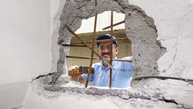 Die Einbrecher stemmten ein Loch in die Mauer. (Bild: MARKUS TSCHEPP)