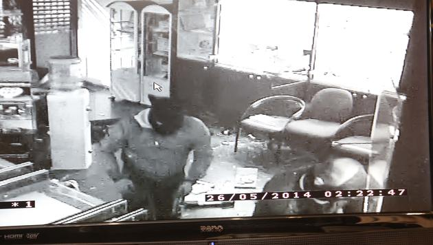 Der Täter wurde von der Überwachungskamera bei dem Einbruch gefilmt. (Bild: MARKUS TSCHEPP)