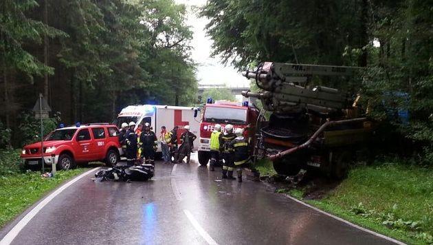 Mann prallt mit Motorrad gegen Lastwagen - tot (Bild: Einsatzdoku.at)