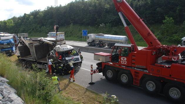 NÖ: Laster rammt Sattelzug auf Pannenstreifen (Bild: Martin Hofbauer/Pressestelle BFK Mödling)