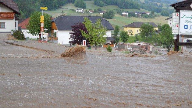 Eine Straße wurde bei den starken Regenfällen im Bezirk Rohrbach überflutet. (Bild: APA/FOTO-KERSCHI.AT/M€RZINGER)