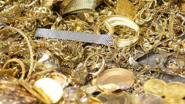 Bote stellt Paket einfach vor Tür: 4 Kilo Gold weg (Bild: dpa/Uli Deck (Symbolbild))