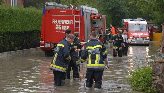 NÖ: Unwetter sorgen für Überflutungen (Bild: Martin Hofbauer/Pressestelle BFK Mödling)