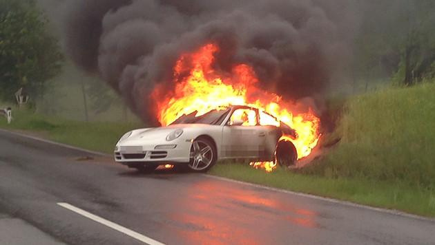 Der auf Batteriebetrieb umgerüstete Sportwagen brannte lichterloh. (Bild: mariokienberger.at)