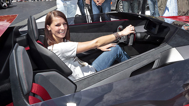Christina Stürmer beim Probesitzen im GTI-Roadster (Bild: EPA/Gert Eggenberger)