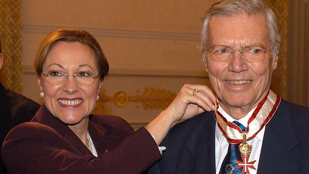 2002: Außenministerin Benita Ferrero-Waldner verleiht Böhm das Große Goldene Ehrenzeichen (Bild: APA/Bernhard J. Holzner, Hopi Media)
