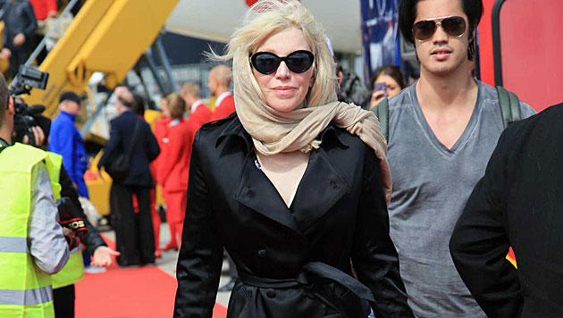 Ganz verhüllt: Courtney Love nach ihrer Landung in Wien. (Bild: Alexander Tuma)