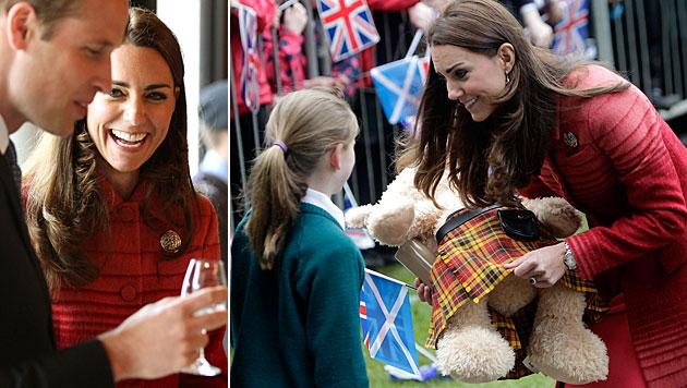 William und Kate bekamen Teddybären im Kilt (Bild: AP)