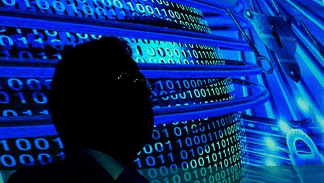 Apple & Google verstärken Schutz vor Überwachung (Bild: APA/EPA/RALF HIRSCHBERGER)