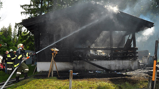 Brennendes Holzhaus löst Feuerwehr-Großeinsatz aus (Bild: APA/PRESSESTELLE BFK UU/MANFRED REHBERGER)