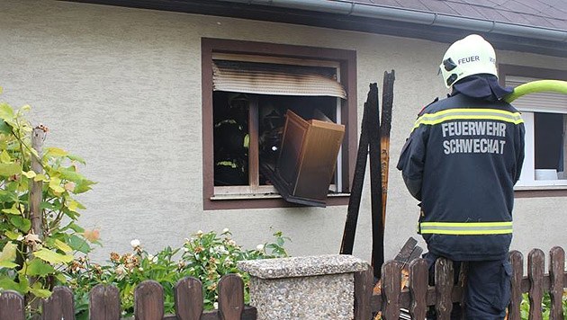 NÖ: Nachbar rettet Pensionistin vor dem Flammentod (Bild: FF Schwechat)