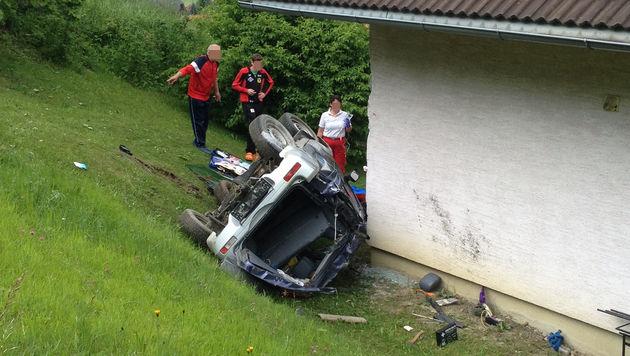 Auto überschlägt sich und prallt gegen Haus (Bild: APA/ÖAMTC)