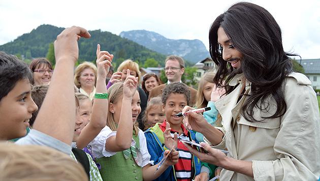 Conchita Wurst zu Gast beim Ausseer Narzissenfest (Bild: APA/BARBARA GINDL)