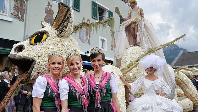 """Die Narzissenhoheiten mit jenem Drachen, der schon bei der """"Life Ball""""-Eröffnung dabei war. (Bild: APA/BARBARA GINDL)"""