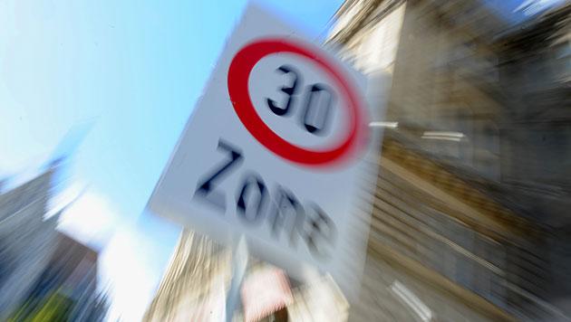 Tempo 30 vor Volksschulen soll Kinder schützen (Bild: APA/Herbert Pfarrhofer)