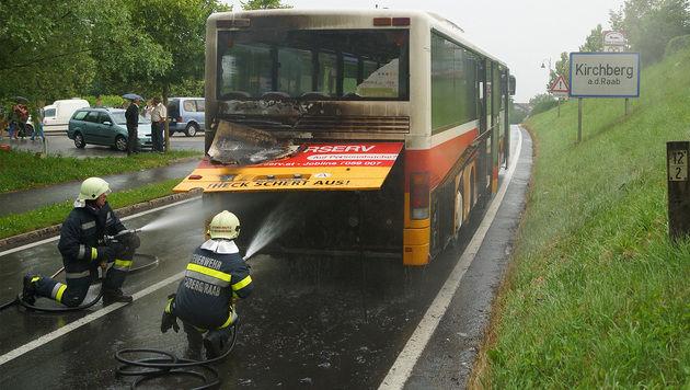 20 Schüler und Fahrer aus brennendem Bus entkommen (Bild: APA/LFV FRANZ FINK)