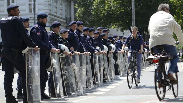 """Hunderte demonstrierten gegen """"Fest der Freiheit"""" (Bild: APA/HELMUT FOHRINGER)"""