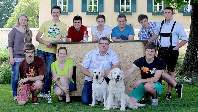 Schüler bauten neue Hütten für Partnerhunde-Verein (Bild: HLFS Ursprung)