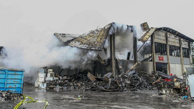 Drei Verletzte bei Großbrand in Recycling-Werk (Bild: APA/ERWIN SCHERIAU)