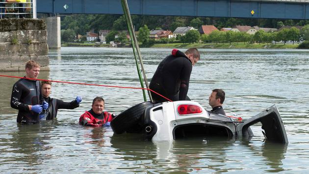 Mit Auto in Donau gestürzt: Lenker tot gefunden (Bild: APA/Werner Kerschbaummayr)