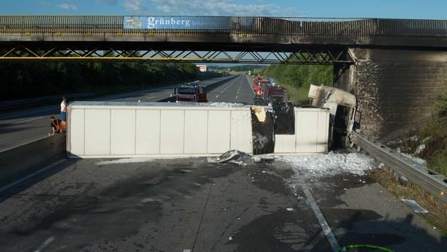 OÖ: Westautobahn rund zehn Stunden gesperrt (Bild: APA/FOTO-KERSCHI.AT/WERNER KERSCHBAUMAYR)