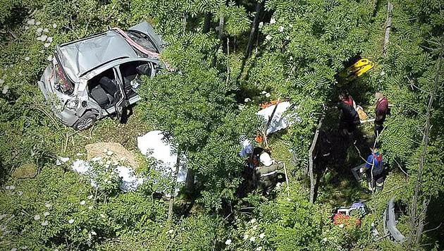 Auto 150 Meter abgestürzt: Alle vier Insassen tot (Bild: APA/PAUL PLUTSCH)