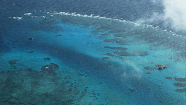 Die künstliche Insel Spratly während der Errichtungsphase (Bild: AP)