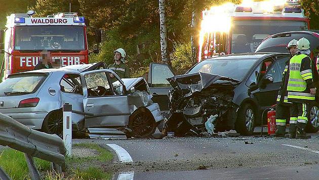Ein 20-jähriger Autolenker starb bei einer Frontalkollision in Oberösterreich. (Bild: APA/MARIOKIENBERGER.AT)