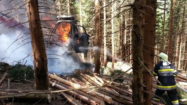 Holzerntemaschine brannte in Wald lichterloh (Bild: BFVMZ/FF Steinhaus Holzer)