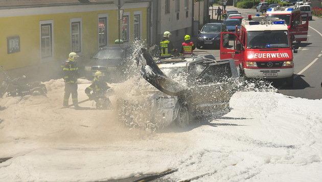 Geländewagen ging vor Eissalon in Flammen auf (Bild: Lukas Derkits/Pressestelle BFK Mödling)