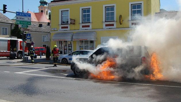 Geländewagen ging vor Eissalon in Flammen auf (Bild: Feuerwehr Laxenburg)