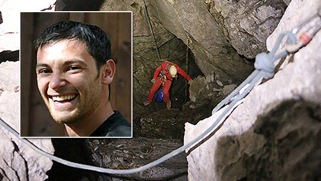 Der österreichische Höhlenrettungsarzt Martin Göksu ist in 1.000 Metern Tiefe im Einsatz. (Bild: BRK BGL, bat-diver.at)