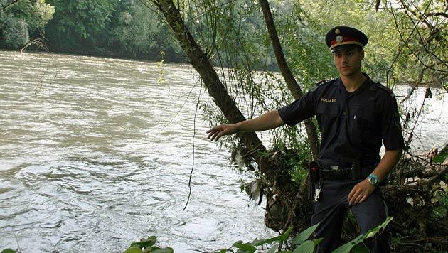 Polizist rettet verwirrte Grazerin aus Mur (Bild: LPD Steiermark)