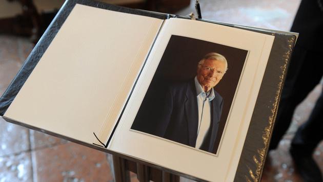 Das Kondolenzbuch von Karlheinz Böhm (Bild: APA/dpa)