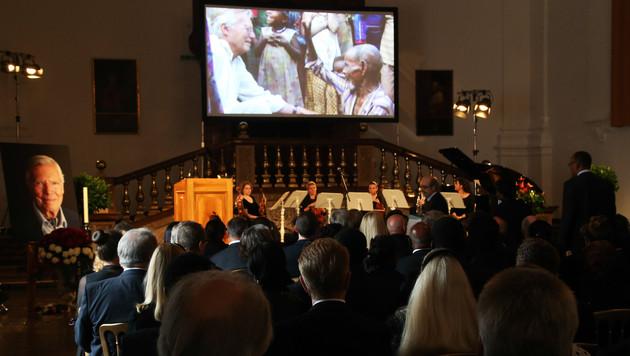 Salzburg: Rührende Trauerfeier für Karlheinz Böhm (Bild: APA/FRANZ NEUMAYR)