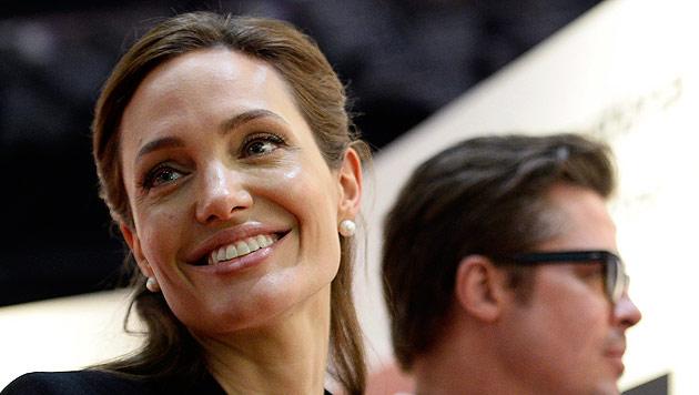 Angelina Jolie von der Queen ausgezeichnet (Bild: APA/EPA/FACUNDO ARRIZABALAGA)