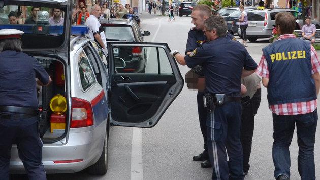 Messermord in Wörgl: Der Tatverdächtige wird von der Polizei festgenommen. (Bild: APA/ZOOM-Tirol)