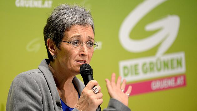 Ulrike Lunacek zeigt sich offen für eine Erweiterung der Eurozone. (Bild: APA/ROLAND SCHLAGER)